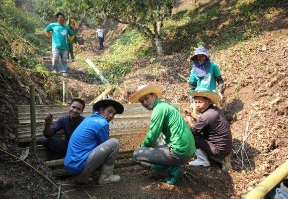 """""""ดอยคำอาสา"""" ร่วมกับชุมชนบ้านยาง กิจกรรม สร้างฝาย ปันน้ำ (ใจ) ให้ผืนดิน ครั้งที่ ๓"""