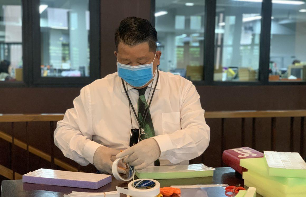 """ความห่วงใยไม่มีหมด """"ดอยคำ"""" จัดทำหน้ากากป้องกันละอองเชื้อโรค (Face Shield) และผลิตภัณฑ์ดอยคำเสริมภูมิคุ้มกันแก่ บุคลากรทางการแพทย์ รวมถึงสถานพยาบาลและเจ้าหน้าที่จุดคัดกรอง ทั้งในกรุงเทพฯ และรอบโรงงานหลวงฯ"""